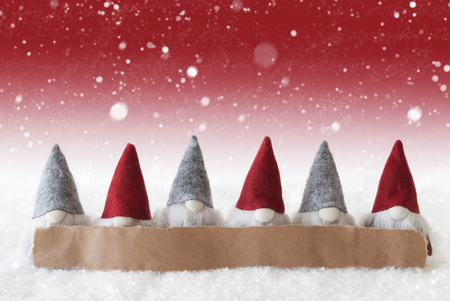 gnomos: Label With Copy Space For Advertisement. Christmas Greeting Card With Gnomes. Red Background With Snow And Snowflakes Foto de archivo