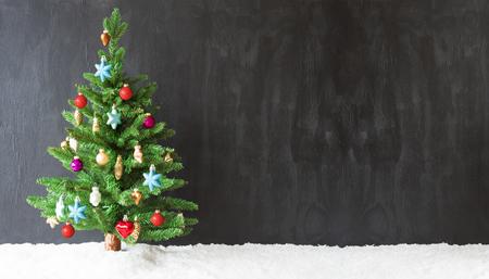 カラフルなクリスマス ツリーの雪、コピー スペース