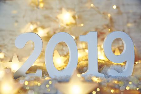 Brillantes luces de hadas, estrellas, 2019 para feliz año nuevo Foto de archivo