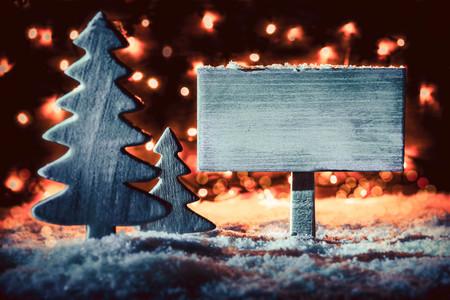 Cartello in legno, albero di Natale rustico, neve, spazio copia