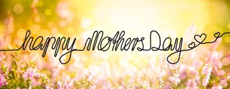英语书法母亲节快乐。艾丽卡花圃或草地。阳光明媚的春天或夏天。