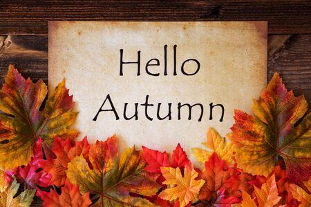 Altes Papier mit Text Hallo Herbst, bunte Blätter Dekoration Standard-Bild