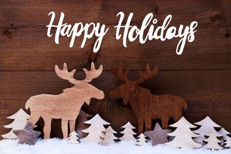 Engelse kalligrafie prettige feestdagen. Witte houten boom en eland op sneeuw met houten achtergrond