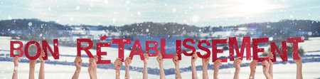 People Hands Holding Bon Retablissement Means Get Well Soon, Snowy Background Stockfoto