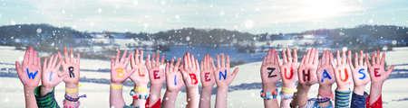 Kids Hands Holding Wir Bleiben Zuhause Mean We Stay At Home, Winter Background Zdjęcie Seryjne