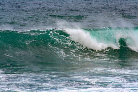 Nahaufnahme von einer tosenden Welle auf dem Meer