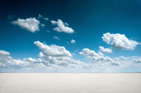 desierto: paisaje del desierto con el cielo y las nubes