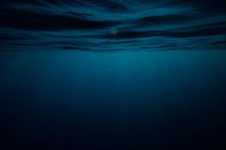 抽象的な水中の深い青色の背景