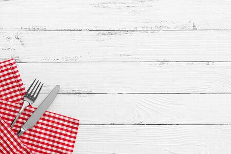 Couteau et une fourchette sur blanc vieille table en bois vintage avec rouge vérifiés nappe et copyspace. la vie toujours backgound Banque d'images - 34785843