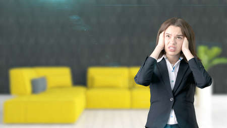 hospedaje: Joven mujer de negocios sobre fondo interior Foto de archivo