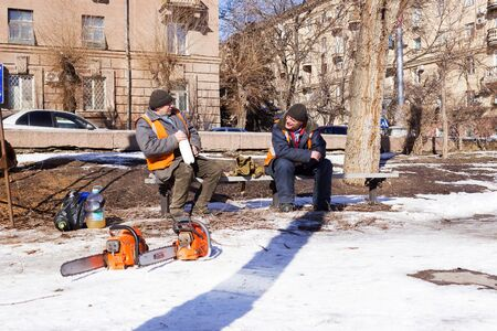 tree world tree service: VOLGOGRAD, RUSSIA - February 13, 2015: the tin man in the Park sitting on the bench. Volgograd, Russia Editorial