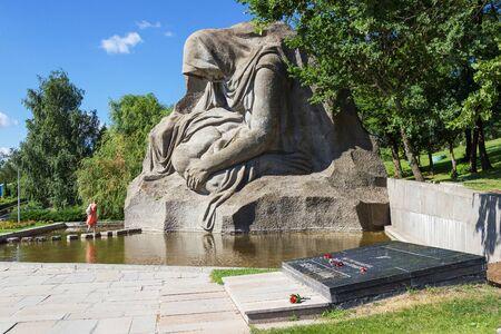 seconda guerra mondiale: Volgograd, RUSSIA - 12 luglio 2015: il Monumento alla madre in lutto di assassinata genero un soldato nella guerra. Installato battaglia Museo-riserva di Stalingrado. Volgograd, Russia