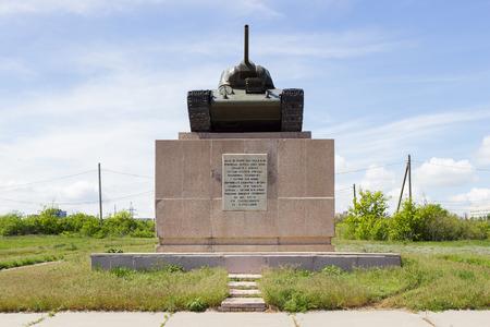 seconda guerra mondiale: Volgograd, RUSSIA - 04 maggio, 2016: Un monumento al contadino collettiva Chelyabinsk in forma del serbatoio T-34. Zemlyachki Street, Volgograd, Russia
