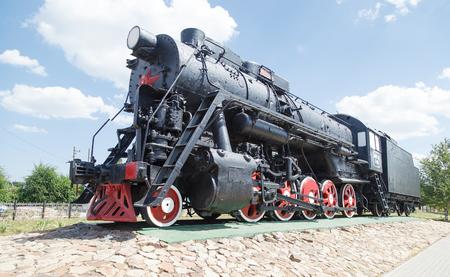 VOLGOGRAD, RUSSIA - 24 giugno 2016: Antica vittoria motore antica (Lebedyanka, Lebed) della pianta voroshilogradky. Rivoluzione di ottobre. È stabilito all'ingresso nella città di Volgograd, in Russia Editoriali