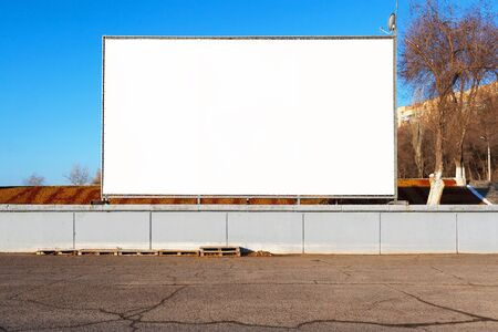 advertize: Empty movie theater under the open sky for cars
