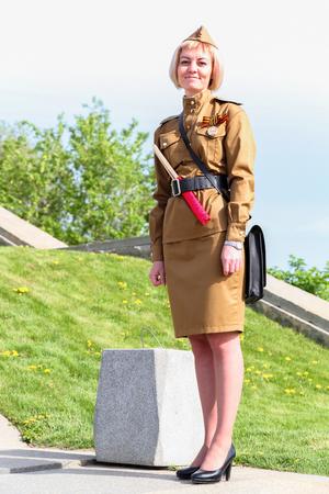 WOLGOGRAD, RUSSLAND - 9. Mai 2018: Die Frau in einer alten sowjetischen Militäruniform des Zweiten Weltkriegs bis zum Äußersten, während des Feiertagssiegertages Editorial