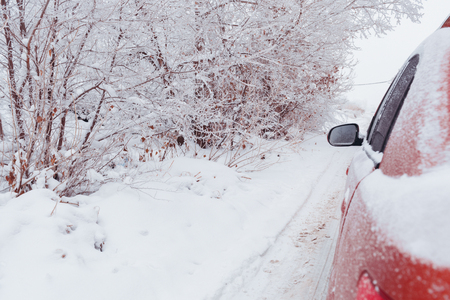 Difficulties of driving in the winter cars which go on the dirt Banco de Imagens
