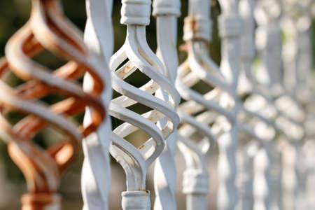 puertas de hierro: Brown insertos blancos valla forjado cerca. Detalle Forge. Parte de una valla de hierro forjado. Hierro detalles puerta.