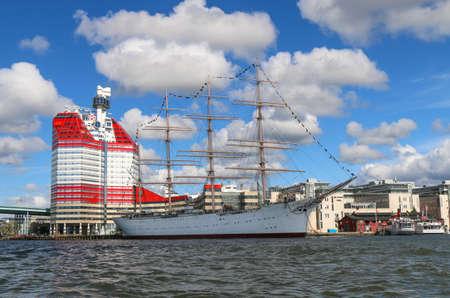 GOTHENBURG, ZWEDEN GOTEBORG. De haven van Lilla Bommen met het schip Barken Viking. Ze werd gebouwd in 1906 en is naar verluidt het grootste zeilschip dat ooit in Scandinavië is gebouwd.