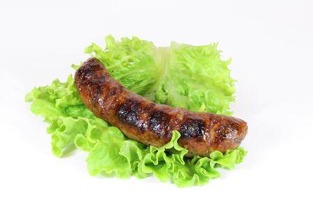 chorizos asados: sabrosa salchicha a la parrilla con lechuga aislados