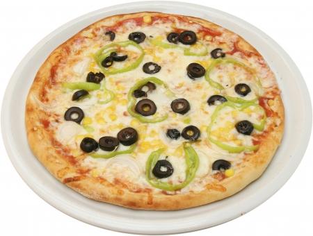 Peynir, domates, mantar, mısır, ve biber ile Pizza Vegetariana izole