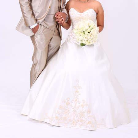 Belle élégante jeune mariée en blanc robe longue