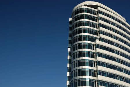edificio corporativo: las empresas de construcci�n contra cielo azul