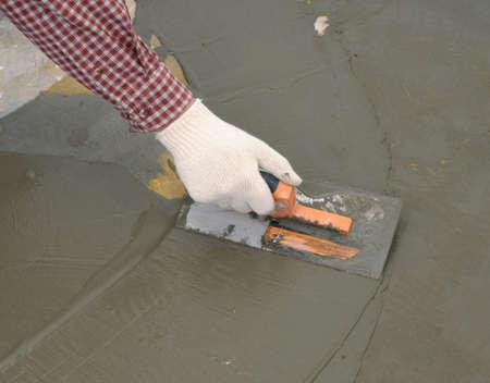 cemento: Trabajador de la construcci�n la difusi�n de hormig�n h�medo Foto de archivo