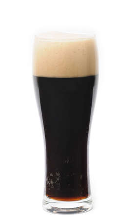 schwarzbier: Glas dunkles Bier isoliert auf wei�em Hintergrund