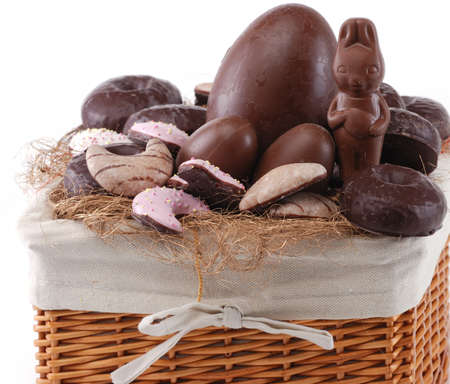 oeufs en chocolat: P�ques panier wih lapin et les ?ufs en chocolat isol� sur blanc Banque d'images