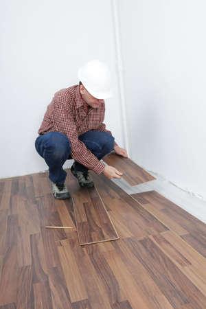 underlay: El hombre que la instalaci�n de suelos laminados