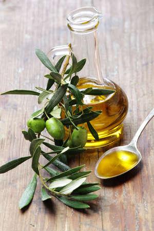 hoja de olivo: Aceite de oliva con la rama de olivo Foto de archivo