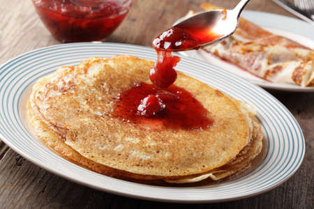 hot cakes: Panqueques con mermelada de fresa