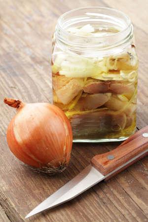 En tranches de hareng en pot avec oignon