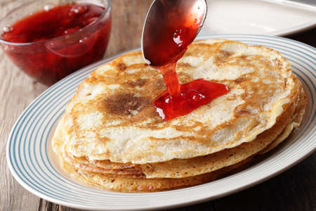 plater: Pancakes with strawberry jam