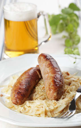 braised: Roasted sausage with braised cabbage and beer Stock Photo