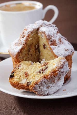 cafe y pastel: Pastel casero con pasas y nueces con una taza de caf�