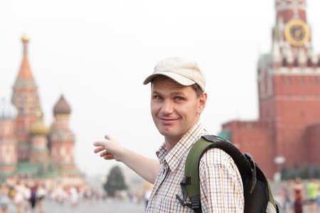red square moscow: Tur�stica con mochila en la Plaza Roja, Mosc�, Rusia