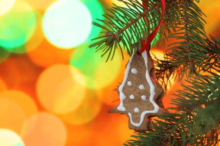 Christmas Cookies auf dem Weihnachtsbaum gegen Christmas lights Standard-Bild