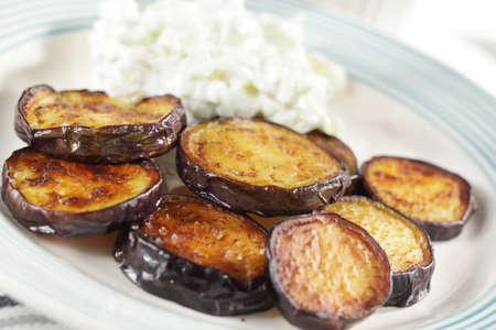 tzatziki: Geroosterde aubergine met tzatziki sneetjes