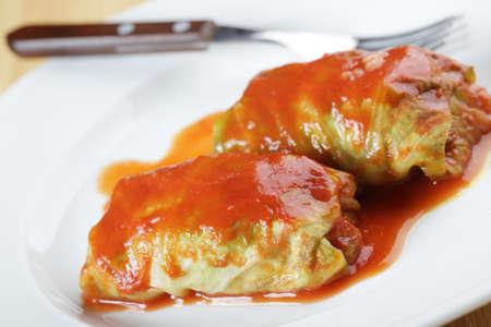 sauce tomate: Choux farcis � la sauce tomate sur plaque blanche