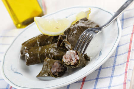 leaf grape: Sarma, la hoja de uva rodar con carne picada en plato blanco
