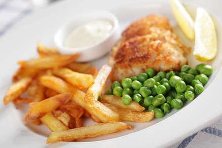 papas fritas: Patatas fritas, pescado asado, guisantes, lim�n y salsa