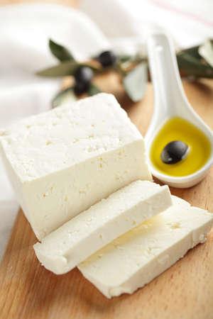 tabla de queso: Queso feta con aceitunas negras en aceite de oliva