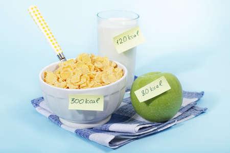 Heatlhy desayuno con etiquetas de recuento de calorías