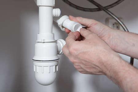 plumbing: Instalaci�n de drenaje para el fregadero de la cocina de fontanero
