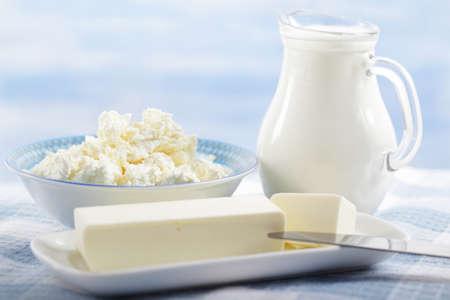 lait: Beurre, fromage cottage et le pot de lait sur la table Banque d'images