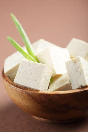 cagliata: Affettate il tofu nella ciotola in legno