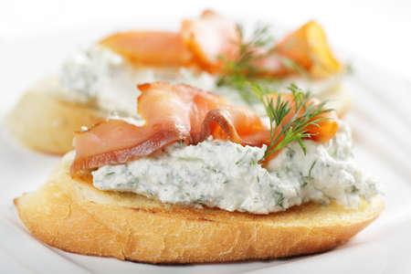 salmon ahumado: Bruschetta con queso y salm�n ahumado Foto de archivo
