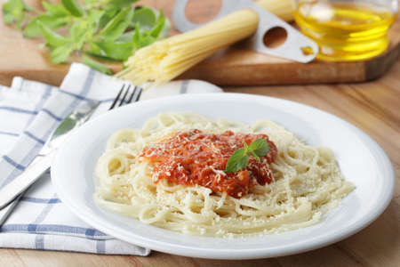 spaghetti: Spaghetti met salsa en geraspte parmezaanse kaas close-up